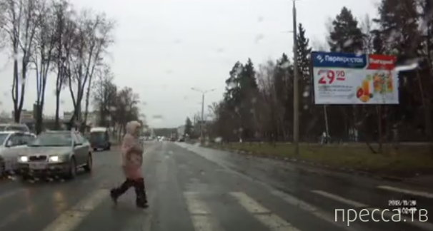 """""""Hyundai"""" не смог остановиться на переходе и пролетел между машинами... г. Саров"""