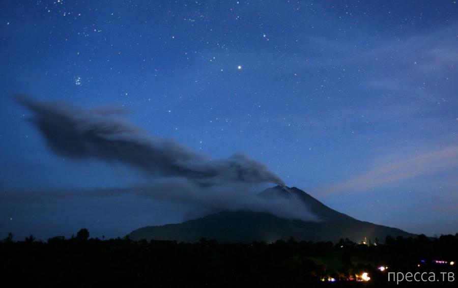 Вулканическая зима на Суматре из-за вулкана Синабунг (13 фото)