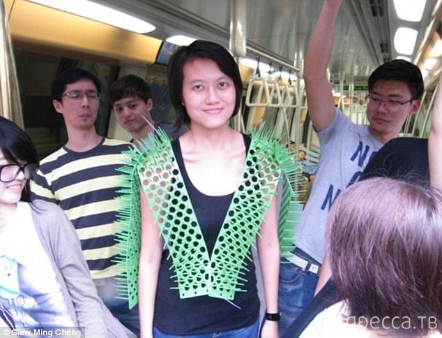 Гаджет для комфортной езды в метро (6 фото)