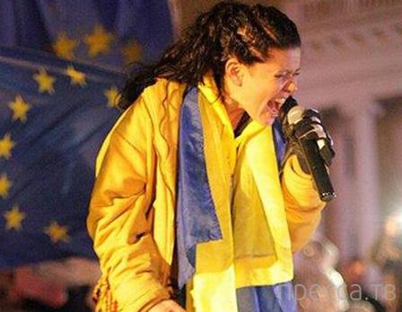 Певица Руслана пообещала сжечь себя в центре Киева (4 фото)
