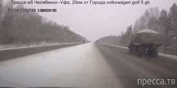 От грузовика отцепился прицеп во время движения... ДТП на трассе Челябинск - Уфа