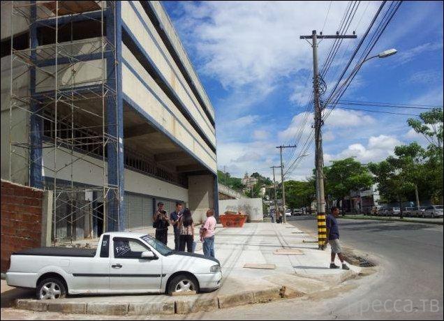 Забетонировали в тротуар (4 фото)
