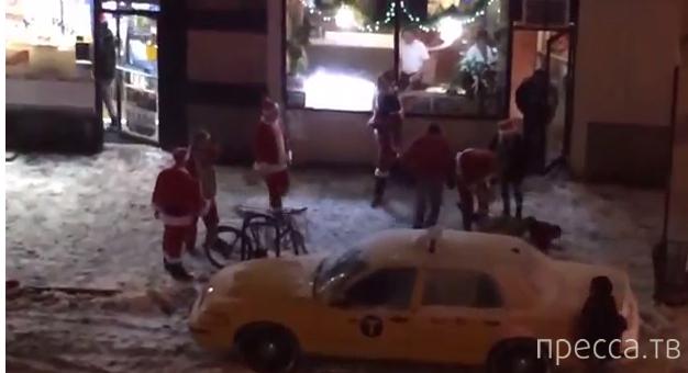 Драка Санта-Клаусов...