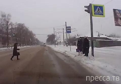 Женщина выбежала внезапно прямо под колеса автомобиля... Чуть не сбил