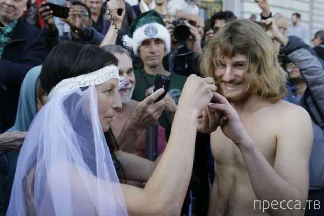 Полицейские разогнали нудистскую свадьбу (12 фото)