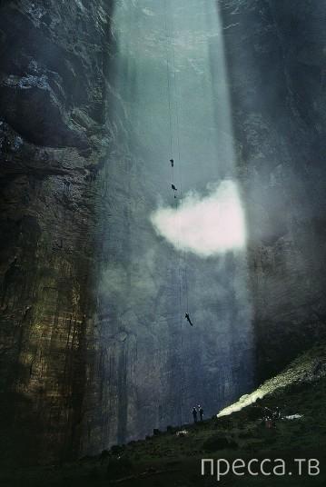 Пещера ласточек - самый большой карстовый провал в мире (9 фото)