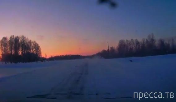 Водитель бежевой Нивы не заметил серую Шевроле Ниву и столкнул ее с дороги... ДТП в п. Большие Уки, Омская область