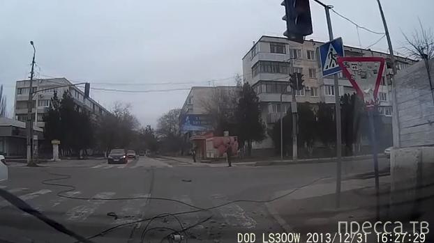 Врезался в столб, провода попадали на проезжую часть... ДТП в г. Саки, Крым