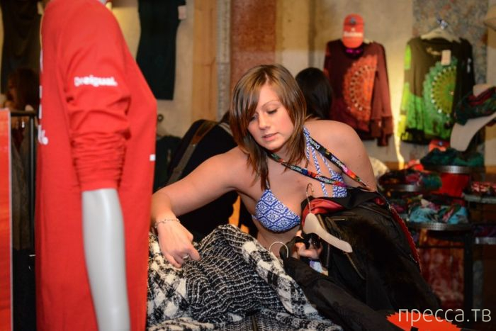 Необычная акция в бельгийском магазине одежды (24 фото)
