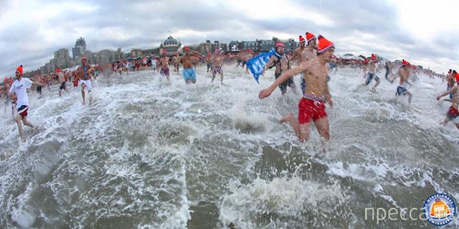 """Ежегодный фестиваль зимнего плавания """"Unox Nieuwjaarsduik - 2014"""" в Нидерландах (30 фото)"""
