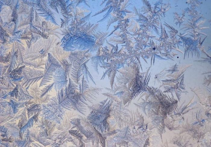 Морозные узоры на окнах (27 фото)