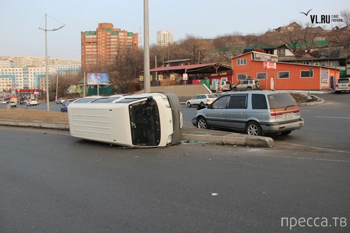 На повороте не проскочил, получил удар и перевернулся... ДТП на выезде с Золотого моста, г. Владивосток