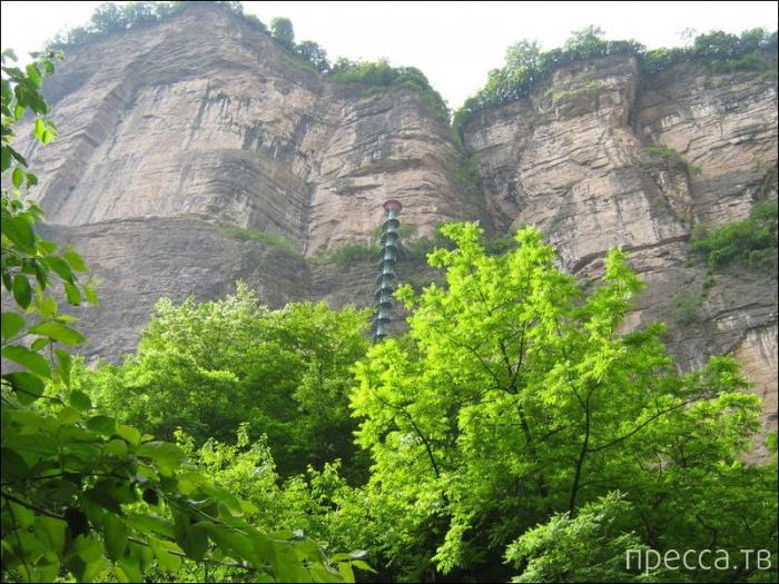 Винтовая лестница где-то в горах Китая (5 фото)