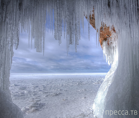 Ледяные пещеры небывалой красоты на границе Канады и США (11 фото)