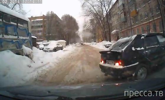 "Женщина на ""ВАЗ-2114"" перепутала передачи и резко сдала назад... ДТП в г. Самара"