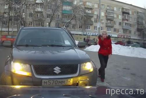 """Оба хороши! Женщина не знает правил парковки, а мужик возомнил себя """"учителем""""..."""