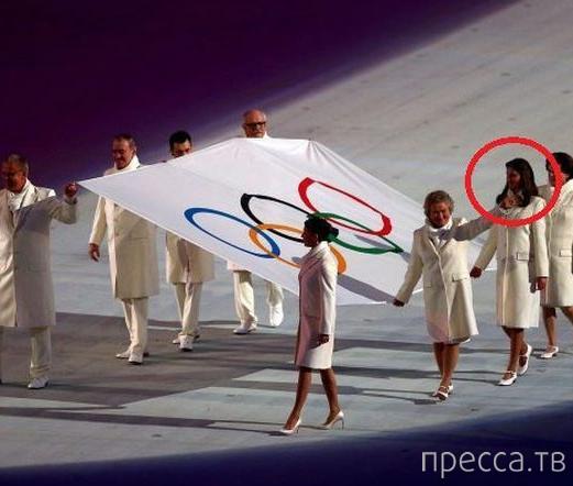 Почему эта девушка выносила Олимпийский флаг в Сочи ... (5 фото)