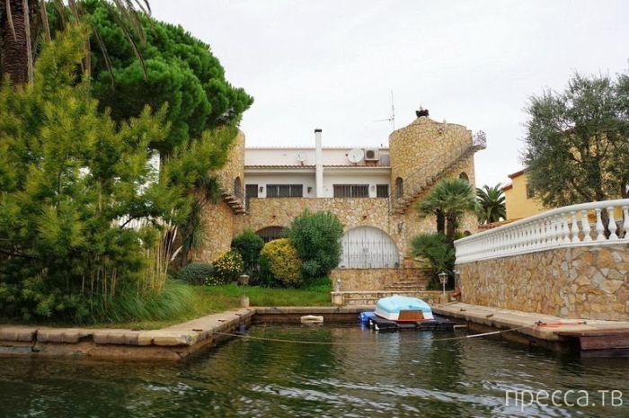Необыкновенный город Эмпуриабрава - Испанская Венеция (11 фото)