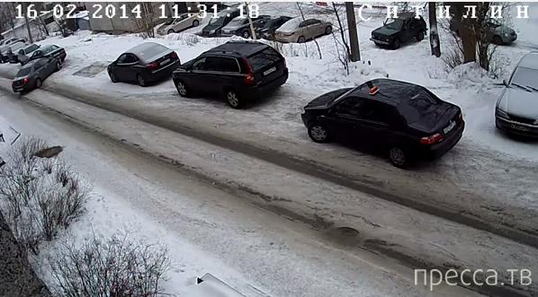 Женщина за рулем въехала в припаркованную машину...