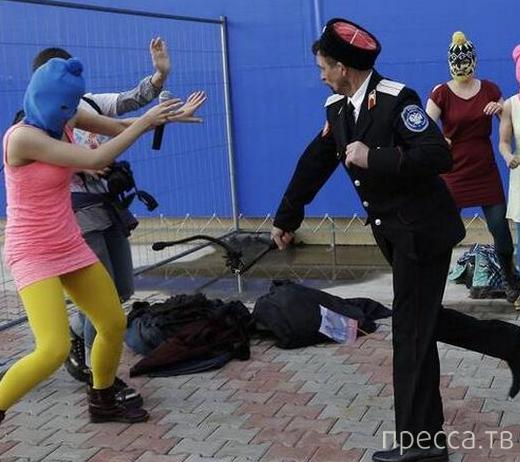Казак научил Pussy Riot, при помощи нагайки, любить Родину и Путина