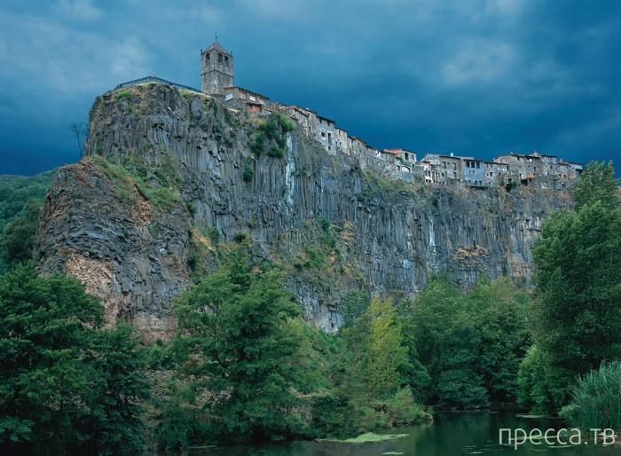 Кастельфольит-де-ла-Рока город в Испании - удивительное горное поселение в предгорьях Пиринеев (11 фото)