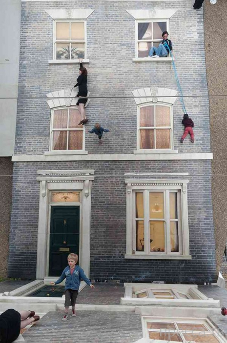Зеркальный дом в Лондоне, у которого можно отлично подурачиться (8 фото)