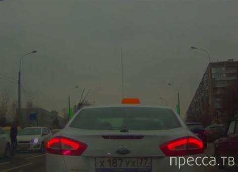 """Пешеход наткнулся на машину, перебегая улицу... ДТП около ТЦ """"Капитолий"""", г. Москва"""