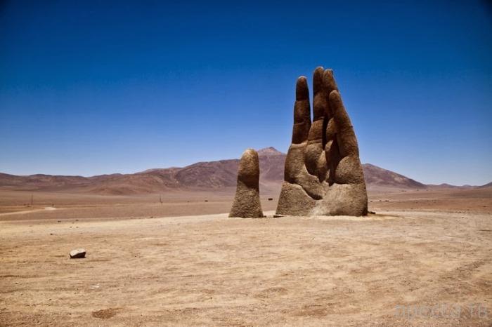 Гигантская рука в чилийской пустыне Атакама (6 фото)