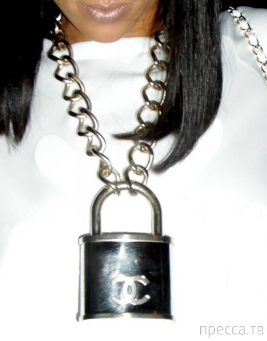 Скандальная Рианна украсила себя необычным аксессуаром - амбарным замком (11 фото)