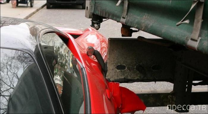 Грузовик повредил дорогостоящий Феррари (10 фото)