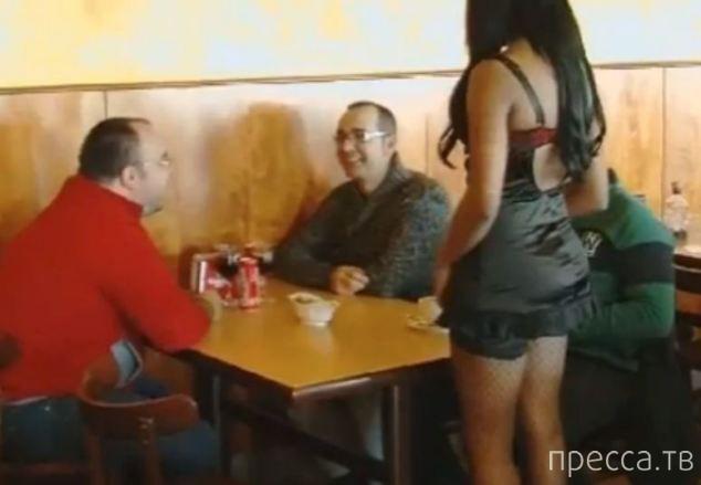 Официантки, раздевшись до нижнего белья, спасли ресторан (6 фото)
