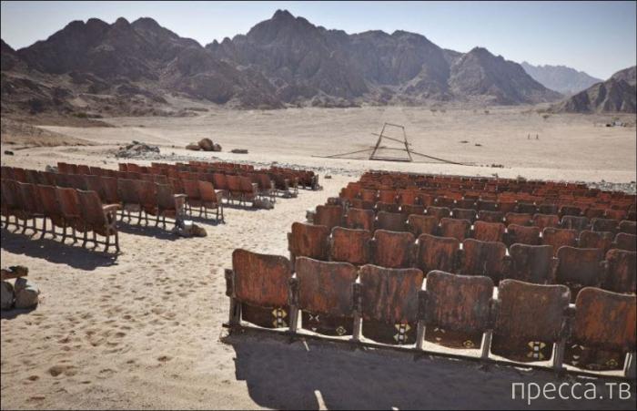 Заброшенный кинотеатр в египетской пустыне (9 фото)