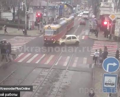 Автомобиль врезался в красный трамвай, пересекавший ул.Красную на красный сигнал светофора в г. Краснодар