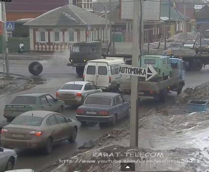 У грузовика с прицепом отвалилось колесо... ДТП на пересечении улиц 7-я Северная-Герцена, г. Омск