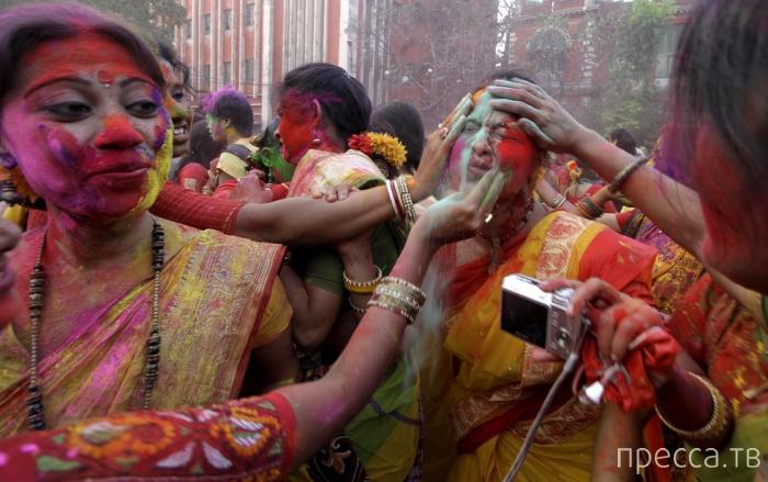 Красивый и яркий праздник – Холи (Бенгальский Новый Год) в Индии (15 фото)