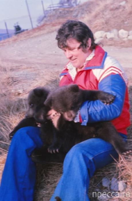 Знаменитый медведь гризли по кличке Геркулес - член семьи (6 фото)
