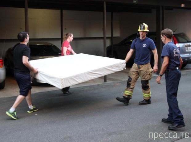 Выпавшего из окна ребенка спас матрац переезжающих соседей (6 фото)