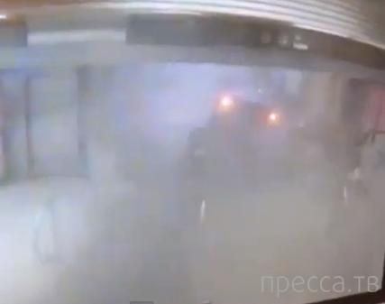 Поезд метро сошел с рельсов и врезался в эскалатор... г. Чикаго, США
