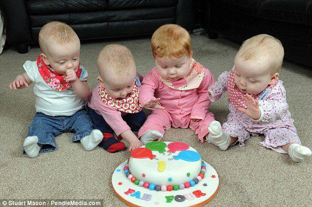 Уникальным сестрам-четверняшкам исполнился годик (11 фото)