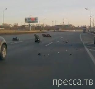 Торопящийся мотоциклист хотел проскочить между автобусом и легковушкой... ДТП на МКАДе, г. Москва