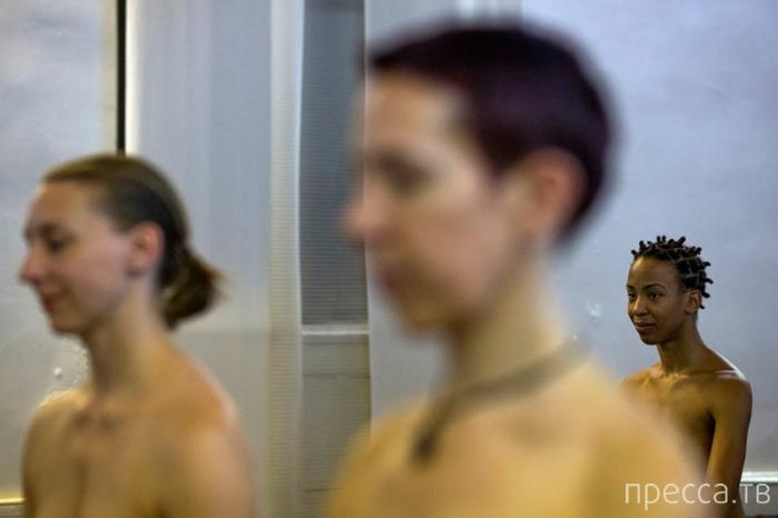 """Занятия """"голой"""" йогой в Нью-Йорке (15 фото)"""