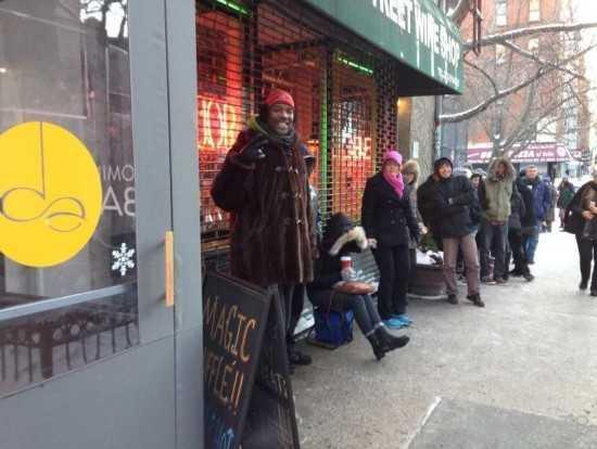 Безработный придумал, как ежедневно зарабатывать 300 долларов на очередях (4 фото)