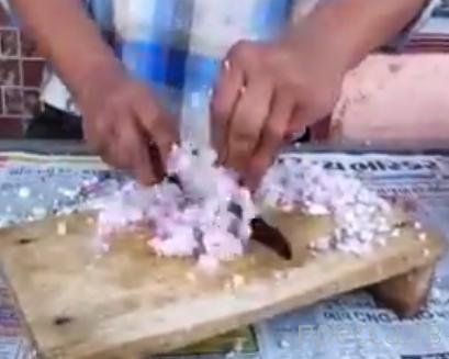 Индийский повар впечатляюще режет лук