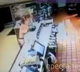 Женщина «Топлес» устроила погром в McDonald's
