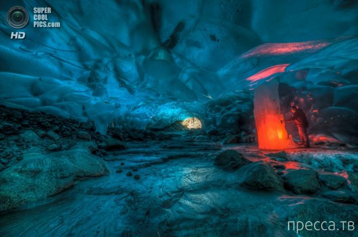 В ледяной пещере - работы американского фотографа Рона Джила (8 фото)
