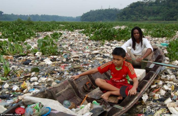 Индонезийский рай - Citarum о. Ява, превратился в свалку (7 фото + видео))