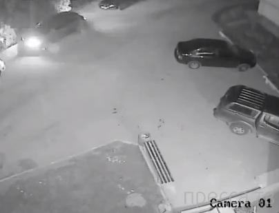 Пьяный неадекват лупит по машинам... г. Севастополь
