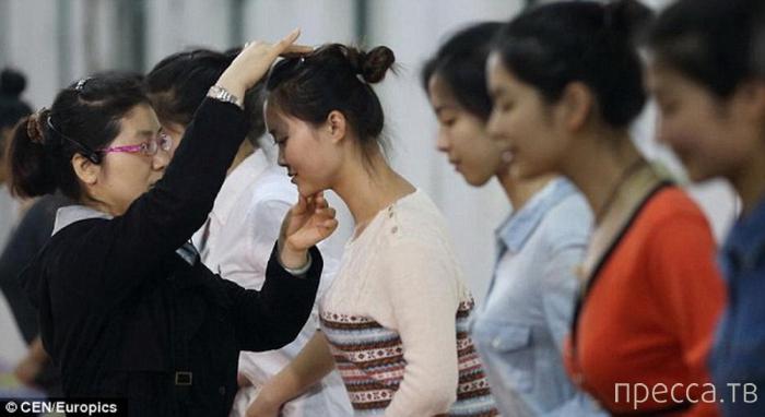 Как учат улыбаться китайских работников (6 фото)