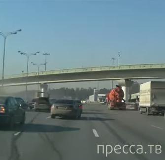 """Водитель """"Nissan Micra"""" спровоцировал столкновение с тремя авто... ДТП на 63-й км МКАД, г. Москва"""