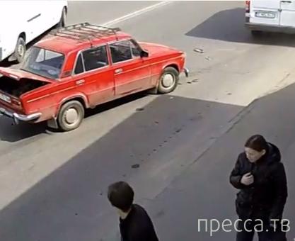 """Водитель """"ВАЗ-2103"""" поворачивал, не глядя, и получил удар от маршрутки... ДТП в г. Кишинев"""